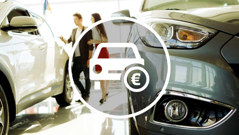 Großaufnahme eines Autos in einem Autohaus. Im Hintergrund zwei Personen bei einem Verkaufsgespräch.