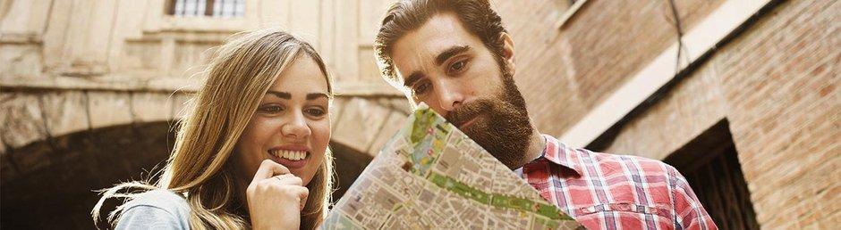 Ein Paar schaut gemeinsam auf einen Stadtplan.