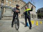 Vorbereitung auf die Testfahrt: Polizeipräsident Jörg Lukat und PHK Ingo Braunschuh am Start des Parcours.