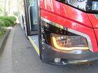 Der Bus wurde vorne an der Seite beschädigt.