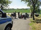 Einige Motorräder werden in der Kontrollstelle in der Rühler Schweiz kontrolliert.