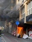 Flammen schlagen aus dem Gebäude