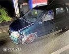Durch die Kollision mit der Verkehrsinsel wurde der Suzuki im Frontbereich sowie an den Vorder- und Hinterreifen beschädigt.