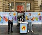 Beamte der Bundespolizei und Teams der Deutschen Bahn AG informieren Reisendes an Infoständen im Bahnhofsbereich.