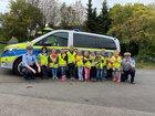 Die Kindergartenkinder zusammen mit der Streifenwagenbesatzung der Wache Kreuztal