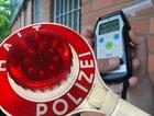 Symbolbild Polizei: Alkoholtestgerät und Anhaltekelle