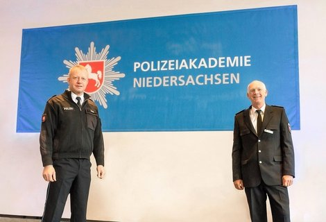 DerDirektorderPolizeiakademieNiedersachsenCarstenRosebegrueßtLandespolizeidirektorRalfLeopoldv.l.jpg