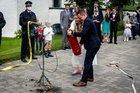 Das Brautpaar löscht den Brand - Foto: Sebastian Röttges, Feuerwehr Tönisvorst