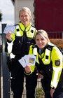 Die Verkehrsicherheitsberaterinnen Vera Seuster und Julia Buhrow-Loks (links) überreichten am Dienstag in einem Neuenrader Kindergarten die ersten Exemplare des neuen Passes. Foto: Polizei MK