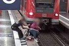 Die Bilder aus der Videotechnik des Bahnsteigs offenbaren die dramatischen Sekunden. Ein unbekannter Retter, den die Bundespolizei sucht, bewahrte eine Rollstuhlfahrerin am Hauptbahnhof München vor dem sicheren Sturz ins Gleis.