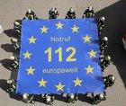 """Sprungtuch: Feuerwehrleute zeigen symbolisch, dass der Euronotruf 112 Menschen europaweit auffängt. (Foto: Quelle """"Europe Direct"""")"""