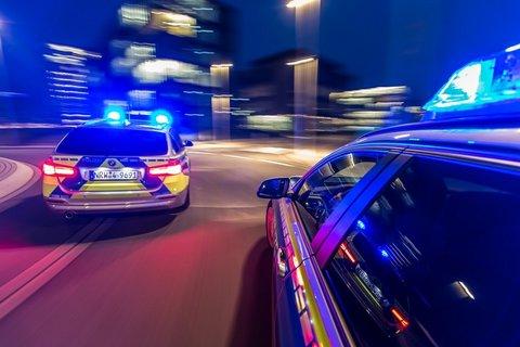 Funkstreifenwagen-Einsatzfahrt-Nacht-Fahrtrichtung-Blaulicht-01.jpg