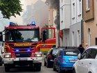 Bei Eintreffen der ersten Einsatzkräfte, schlugen die Flammen bereits durch das geplatzte Küchenfenster ins Freie.