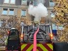 © Feuerwehr Dresden Über eine Drehleiter wird die Brandbekämpfung von außen durchgeführt.