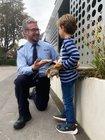 POK Patrick Schardt und der Sechsjährige bei der Spielzeugrückgabe.