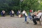 Das Foto zeigt die volkstümliche Besetzung des Landespolizeiorchesters Hessen vor einer Senioreneinrichtung.