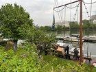 Ein leckgeschlagenes Boot nahe der Kaiserleibrücke in Frankfurt am Main konnte stabilisiert werden. Copyright Feuerwehr Frankfurt