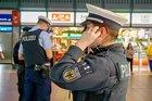 Weil er sich durch einen Kunden äußerst bedroht fühlte, betätigte der Mitarbeiter einer Reisebank am Münchner Ostbahnhof den Notrufknopf. Eine Streife der Bundespolizei stellte kurz darauf den Aggressor.