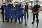 Frankreich-Fan mit EU-Fahne und Angehörigen der Deutsch-Französischen Einsatzeinheit im Hauptbahnhof München. Im Hintergrund, zweiter von rechts: Polizeidirektor Michael Rupp, Münchens neuer Inspektionsleiter, der die Einsatzkräfte begrüßte.