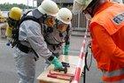Übergabe von Werkzeug (Foto: Feuerwehr Celle)