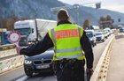 Ein Deutscher wird beschuldigt, zwei nigerianische Staatsangehörige illegal aus Italien nach Deutschland befördert zu haben. Die Rosenheimer Bundespolizei hat das Trio bei Grenzkontrollen auf der A93 nahe Kiefersfelden gestoppt.