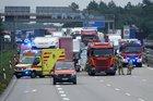 © Roland Halkasch Einsatzfahrzeuge stehen an der Unfallstelle auf der Autobahn.