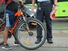 Fahrräder werden auf ihren verkehrssicheren Zustand überprüft.