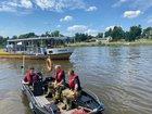 © Feuerwehr Dresden Mit einem Rettungsboot werden die Fahrgäste an Land gebracht.