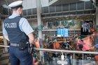 """Die Bundespolizisten am Münchner Airport wünschen eine erholsame und gesunde Ferienzeit und eine entspannte und sichere Reise in den Urlaub.   Das anhängende Bild kann mit dem Zusatz """"Bundespolizei"""" zur Berichterstattung über das o.a. Thema verwendet werden."""
