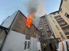 Die Flammen schlagen bereits aus dem Anbau des Mehrfamilienhauses.