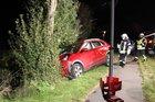 Bild des roten Kia im Seitengraben.  Foto: S. Eriksen