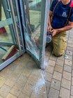 © Feuerwehr Dresden Mit einem Glasschneider wurde die Sicherheitsglasscheibe aufgeschnitten, um das Kind aus seiner Notlage zu befreien.