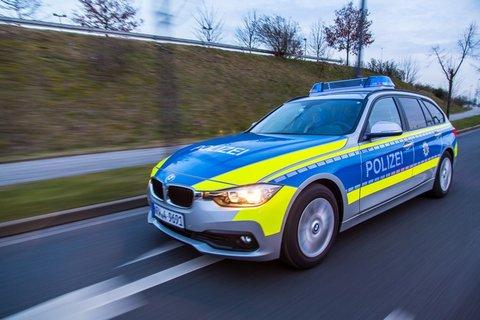 Funkstreifenwagen-BMW-Dämmerung-fahrend-Halbprofil.jpg