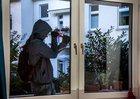 Symbolbild: Ein Einbrecher versucht, sich Zugang zu einem Haus zu verschaffen.