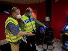 auf dem Bild zu sehen v.l. Kriminalhauptkommissar Raphael Spittler und Behördenleiter Landrat Dr. Olaf Gericke während des Einsatzes