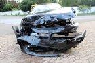 In Folge eines Unfalls wurde der BMW des Flüchtenden erheblich beschädigt. Foto: Polizei Minden-Lübbecke