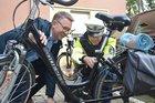 Ingo Brohl (links) schaut dem Polizisten Michael Klauke bei einer Fahrradkontrolle über die Schulter.