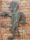 Zeugen, die sachdienliche Hinweise zu der entwendeten Messingfigur geben können, werden gebeten, sich mit der Polizei Wilhelmshaven unter der Rufnummer 04421 942-0 in Verbindung zu setzen.