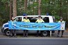 Verkehrssicherheitsberater Dirk Poppinga (3. v. l.) mit Frank Babatz (v.l.), Thore Dorsch und Daniel Godenrath von den Stadtwerken Buchholz beim Aufhängen der Banner.