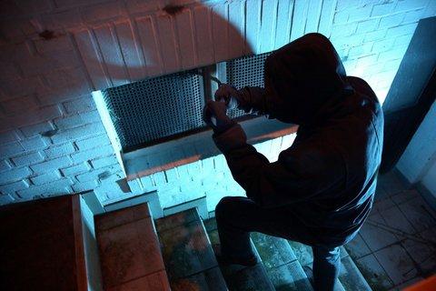 MIK-Einbrecher-Kellerfenster.jpg