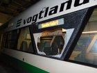 zerstörte Scheibe am Zug der Vogtlandbahn