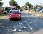 Der Fiat blieb nach dem Auffahrunfall auf der Haldemer Straße stehen. Die Polizei markierte die Spuren auf der Fahrbahn. Foto: Polizei Minden-Lübbecke