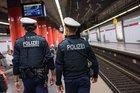Nach einem verbalen Streit dreier Männer am S-Bahnsteig des Münchner Hauptbahnhofes folgten Handgreiflichkeiten. Ein 38-Jähriger wurde dabei von einem 28-Jährigen ins Gleisbett gestoßen. Der Mann konnte rechtzeitig vor Einfahren einer S-Bahn den Gefahrenort verlassen.