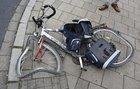 Totalschaden am Fahrrad des 75-jährigen Unfallbeteiligten nach dem Zusammenstoß mit dem Lkw: Beide Räder und der Rahmen sind stark beschädigt.