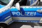 Ein Pakistaner hat sich in einem Planenanhänger versteckt, um nach Deutschland zu gelangen. Er sprang in Weyarn (Lkr. Miesbach) von der Ladefläche. Die Rosenheimer Bundespolizei ermittelt.