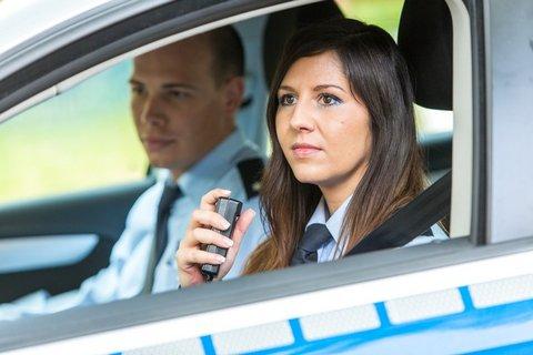 MIK-Streifenwagen-Polizistin-Fenster-sitzend-fahrend.jpg