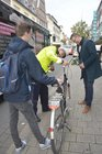 Umfassende Kontrolle: Der Polizist Hermann Schülling (Mitte) überprüft die technische Ausstattung eines Fahrrads. Ingo Brohl (rechts) schaut ihm dabei zu.