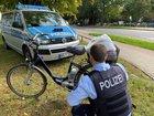 Ein Polizeibeamter überprüft ein älteres Pedelec auf seine Funktionalität. Foto: Polizei Minden-Lübbecke