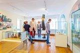 thumbnail - Die Finsterwalder Sänger Pampel, Knarrig und Strippe warten in der Ausstellung zur Geschichte des Finsterwalder Sängerlieds auf Gäste