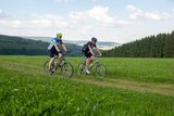 thumbnail - Radfahrer auf Feldweg